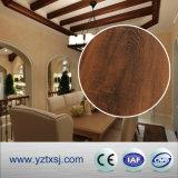 De Tegels van het Plafond van pvc kijkt als het Hout van de Aard