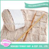 Crochet que tricota manualmente o lenço acrílico feito sob encomenda do poliéster morno