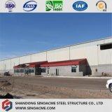 Gruppo di lavoro pesante della struttura d'acciaio con la gru che raggiunge fuori