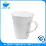 Tazza di caffè di ceramica bianca con la maniglia del piedino