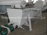 Plastica residua dell'animale domestico che lava riciclando la riga della macchina