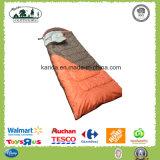 混合されたカラーは帽子の詰物が付いている寝袋を囲む