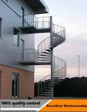 電流を通された屋外の鋼鉄ステアケースまたは金属階段