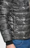 Os homens Camo-Imprimem abaixo do revestimento com capa