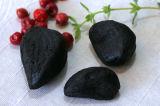 食用の皮をむかれた黒いニンニク