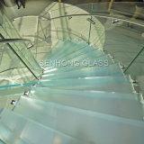 단단하게 한 박판으로 만들어진 유리 계단