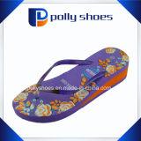 Le donne raffreddano le cadute di vibrazione della piattaforma del sandalo di estate