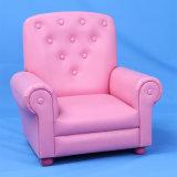 子供によって装飾されるボタンのソファーか子供の家具