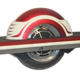 Ein Rad-elektrischer Roller-Selbst, der den elektrischen Roller steht elektrisches Skateboard balanciert