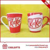 Anunciando a caneca de café cerâmica com impressão do logotipo