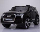 Rit van de Jonge geitjes van Audi Q7 de Vergunning gegeven op het Stuk speelgoed van de Auto