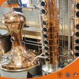 Columna de destilación de cobre industrial usada para la elaboración de vino