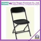 使用されたレストランの家具またはプラスチック折りたたみ椅子かレストランの家具
