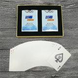 Publicidad de tarjetas que juegan del póker con el embalaje de lujo