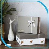 Картонная упаковка бумаги подарочной упаковки чая в салоне с лентой, шоколад в салоне
