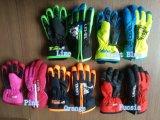 Los niños de guantes de esquí