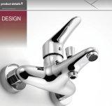 Высокое качество в стену осадков душ, купание в ванной комнате под струей воды,
