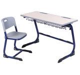 木製の上および鉄骨フレームが付いている二重シートの年長学校の机