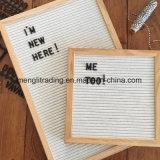Table des messages avec le sac de coton de lettres de plastique et le stand collectifs en bois