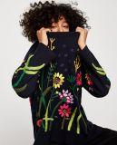 De dames vormen de Zwarte Sweater Met een kap van de Trui met borduurwerk