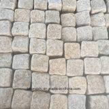 Ciottolo poco costoso della pietra del granito di colore giallo di caduta con rifinitura fiammeggiata/spaccata per la strada privata