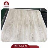 Profissional secar o revestimento de madeira traseiro do vinil