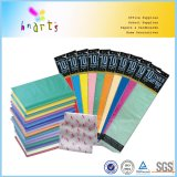 Envolviendo un pañuelo de papel para el embalaje