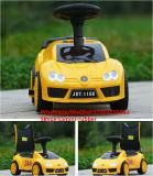 O carro do balanço do bebê de 4 rodas caçoa o carro do brinquedo