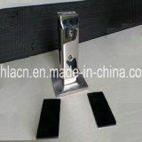 正方形の栓を囲うステンレス鋼の手すりのステアケース