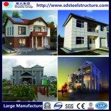Modernes preiswertes Fertighaus steuert konkretes helles Stahlvorfabriziertlandhaus automatisch an