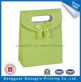 Novo saco de presente de papel em forma de triângulo de design com decoração de fita