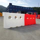 赤い回転プラスチック水によって満たされる障壁公園の障壁