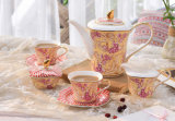 陶磁器の世帯の小さく贅沢で優雅で高貴なコーヒー