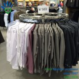 Círculo redondo con las ruedas de los estantes de visualización de la ropa y de la ropa