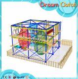 Los niños amplían las estructuras que suben del equipo del ejercicio