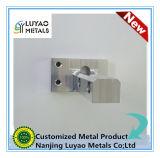 CNC, der mit Aluminium maschinell bearbeitet
