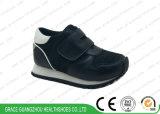 Quatre chaussures de course de maille de couleurs de tissu d'élèves de sports de gosses respirables alternatifs de chaussures