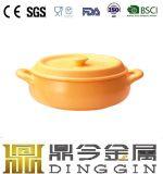 長いハンドルが付いているオレンジ鋳鉄のミルクの鍋