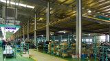 La mano di Fixtec lavora l'ascia del acciaio al carbonio 600g con la maniglia di vetro di fibra
