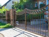 Cancello con comando a motore esterno antico del ferro saldato dell'entrata