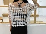 Длинняя кофточка рубашки вязания крючком шнурка втулки покрывает белые изготовления одежды кофточки