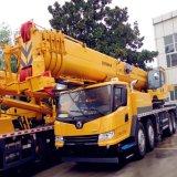 機械装置重い装置Qy50kaのトラッククレーンを高く上げること