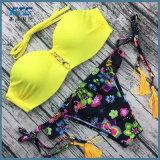 섹시한 비키니 여자에 의하여 줄무늬로 한 수영복 여자는 위로 민다