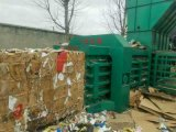 リサイクルのための油圧水平のフルオートマチックの紙くずのボール紙のプラスチック梱包機