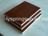 La película marrón/rojo frente la madera contrachapada de 18mm
