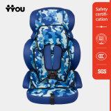 Sede di automobile del bambino con la cinghia di sicurezza