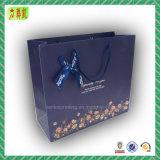 Bolsa de papel hermosa del regalo con el modelo de la historieta y la cinta del Bowknot
