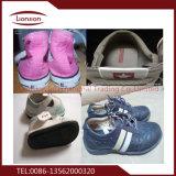 Helle farbige verwendete Schuhe für den Export