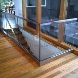 """Balaustra di vetro di vetro d'acciaio dell'inferriata della scanalatura a """"u"""" della rete fissa del pozzo delle scale dell'appartamento/"""