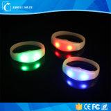 Funzionamento personalizzato del braccialetto del silicone LED del braccialetto di controllo di voce del braccialetto del partito di marchio